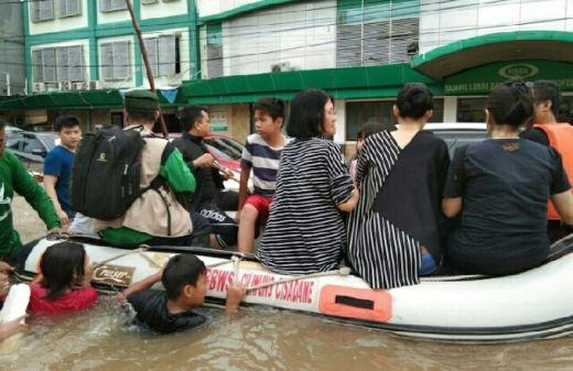 Dilanda Banjir, Warga Etnis Tionghoa Jakarta Dievakuasi Pasukan FPI