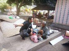 Mengharukan, Rumahnya Rubuh Akibat Gempa, Nenek 80 Tahun Ini Terpaksa Tidur Beralaskan Spanduk