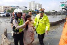 Masih Ada Polisi Baik, Ibu Hamil Ini Dievakuasi Gunakan Perahu Karet