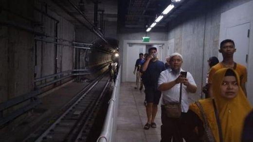LIstrik Padam, Ini Detik-detik Evakuasi Penumpang MRT di Bawah Tanah