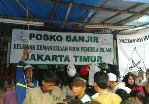 Bahu Membahu, FPI dan Jemaat Gereja Bangun Posko Banjir Jakarta