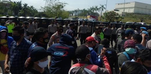 Ingin Demo ke DPR, Puluhan Ribu Buruh Bekasi-Tangerang Diadang Ribuan Personel Polisi