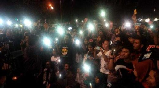 Dukung Harris Azhar, Ratusan Massa Gelar Aksi Lawan Gelap di Depan Istana