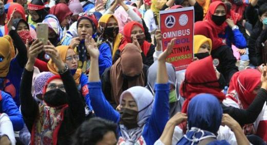 Emak-emak Dominasi Unjuk Rasa Buruh Tolak Omnibus Law di Bandung