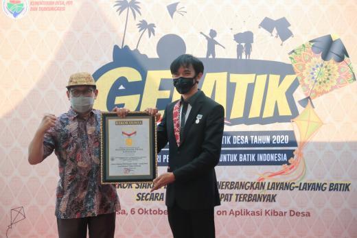Terbangkan Layang-layang Batik, Kemendes PDTT Pecahkan Rekor Dunia