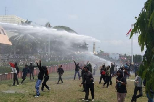 Demo Tolak UU Cipta Kerja di Lampung, Pelajar SMK Ricuh Lempar Batu ke Petugas