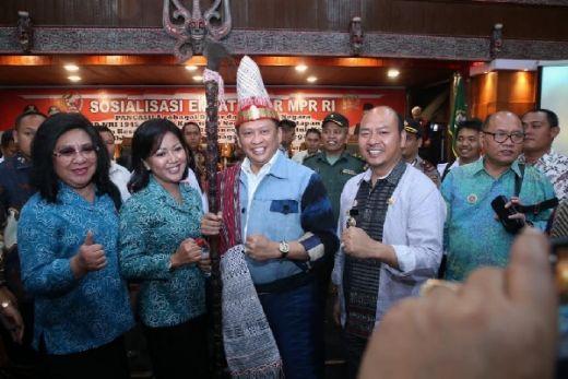 Ketua MPR RI Terima Tongkat Raja Batak Tunggal Panaluan dan Pakaian Adat Raja