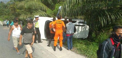 Hilang Kendali, Satu Unit Mobil Toyota Rush Terbalik di Kilometer 54 Kandis