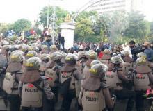 Demo Ricuh, Pintu Barat Halaman Grahadi Surabaya Jebol