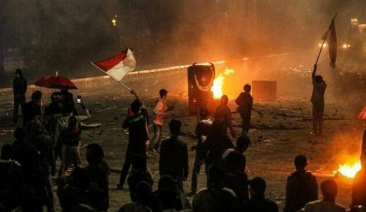 Masih Berlangsung di Harmoni, Massa Lempar Molotov, Polisi Tembakkan Gas Air Mata