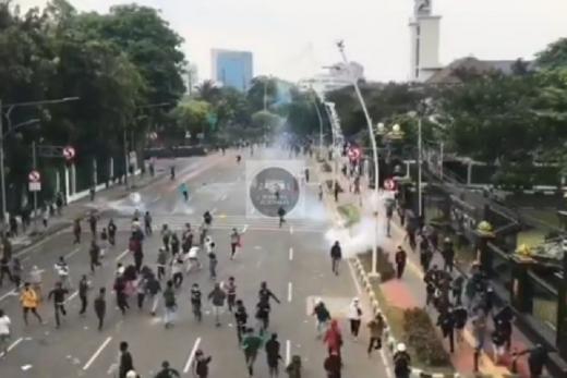 Gas Air Mata Ditembakkan ke Massa Demo di Gambir