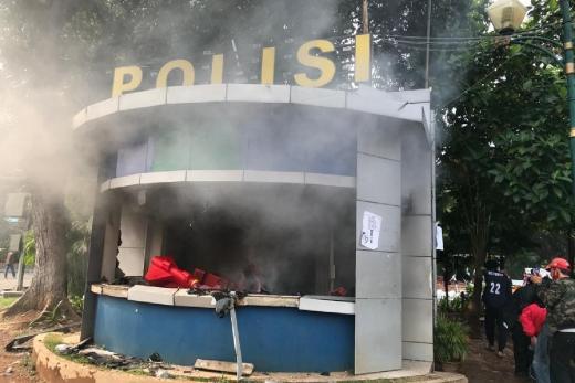 Bentrok Massa dengan Polisi, Pospol Patung Kuda Dibakar