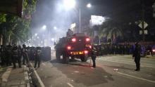 Akhirnya Polisi Pukul Mundur Massa Demo Omnibus Law di Harmoni