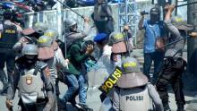 ICW Duga Polisi Belanja Rp408 Miliar untuk Persiapan Demo Omnibus Law