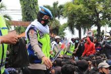 Amankan Demo Tolak Ciptaker, Lengan Polwan Patah