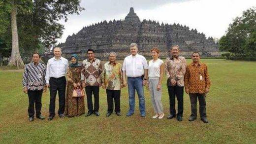 Penasaran dengan Keajaiban Dunia, Presiden Ukraina Petro Poroschenko Selfie di Borobudur
