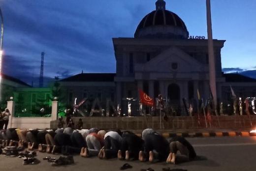 Palopo Masih Demo, Massa dan Aparat Berjamah Shalat Maghrib