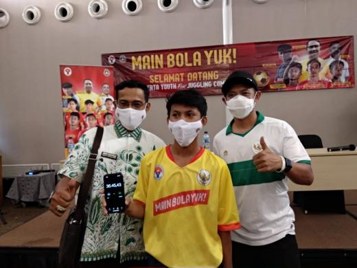 Peserta dari SSB ASIOP Apacinti Pecahkan Rekor Timang Bola