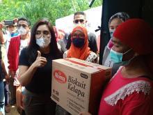 Rieke Diah Pitaloka Blusukan Bantu Korban Banjir di Kabupaten Bekasi