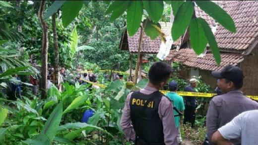Polisi Temukan Jimat dan Kondom saat Geledah Rumah Ketua Hakekok