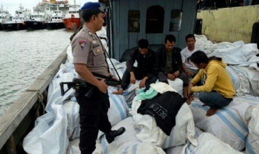Cegat Kapal Pengangkut Pakaian Bekas, Petugas Bea Cukai Diserang Puluhan Massa
