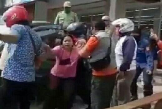 Video Viral Seorang Wanita Ngamuk karena Suaminya Diamankan Satpol PP saat PSBB