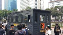 Belasan Massa Demo di Patung Kuda Diangkut Polisi