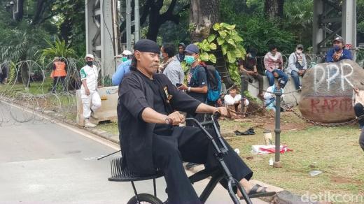 Naik Sepeda Berjok Paku, Abah Zaini dari Banten Ikut Demo PA 212