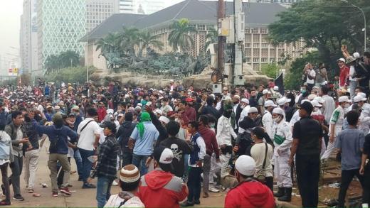 Demo PA 212 Bubar, Tiba-tiba Ada Massa Lain Mayoritas Anak Muda Lempar Batu dan Botol ke Polisi