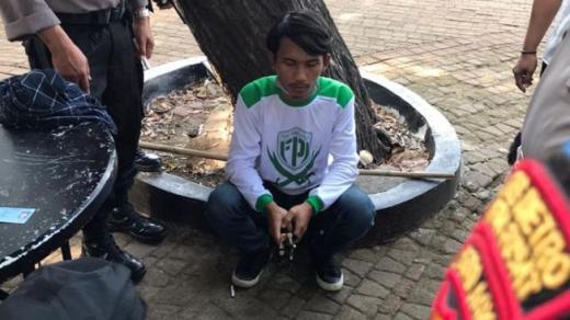 Bawa Ketapel ke Lokasi Demo Omnimbus Law, Penyusup Kenakan Kaos FPI Diciduk Polisi