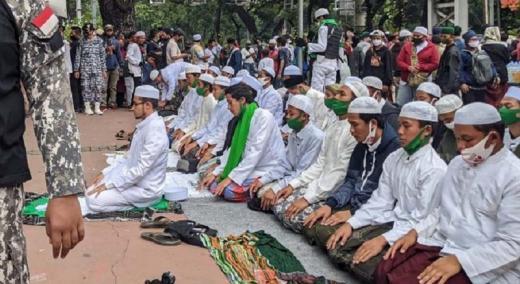 Jelang Demo, Massa PA 212 dkk Salat Zuhur di Jalan Medan Merdeka Barat