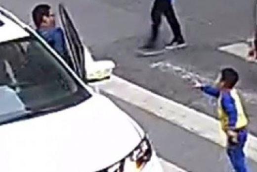 Pemberani! Seorang Bocah Tendangi Mobil yang Menabrak Ibunya