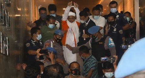 Kenakan Rompi Orange dan Tangan HRS Diborgol Polisi, Pendukung Berurai Air Mata