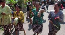 Unik, Ibu-ibu di Yogya Keliling Kampung Ajak Tak Golput dengan Kentongan dan Ember