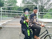 Wisuda Drive True di IAIN Pekalongan, Anak Kuli Bangunan Ini Diantar Ayahnya Pakai Sepeda