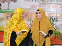 Ketemu di Bone, Penulis dan Dai Kondang Ini Bertukar Buku dengan Erna Rasyid Taufan