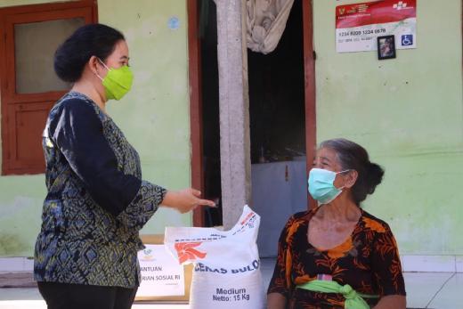 Terima Bansos, Ibu di Bali Menangis Haru ke Puan Maharani