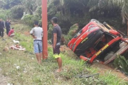 Usai Kejadian Polisi Tabrak Kereta Api, Giliran Bus Rombongan Brimob Terguling di Kerinci Jambi