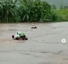 Ibu dan Anak Terbawa Banjir Jember, Warga hanya Bisa Berteriak Pilu