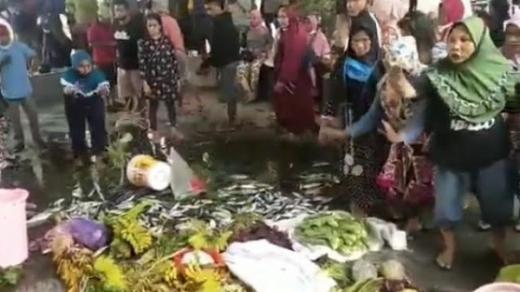 Ngamuk Tolak PPKM, Viral Emak-emak Hamburkan Sayur dan Ikan di Kantor Bupati