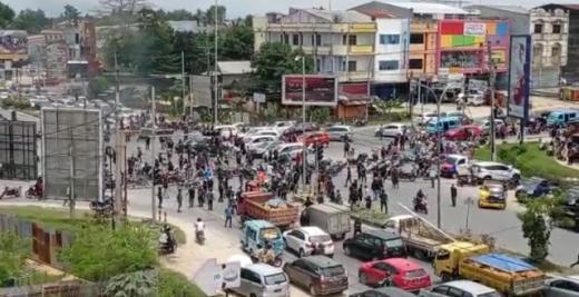 Kota Kendari Mencekam, Ratusan Massa Mengamuk Bawa Sajam dan Rusak Sejumlah Mall