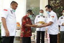 Bagi-bagi Sembako, Komite II DPD RI Ajak Masyarakat Bersatu Atasi Covid-19