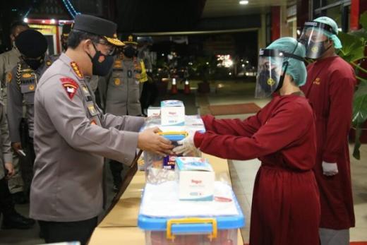 Giliran Tenaga Kesehatan RS Polri Soekanto dapat Bantuan dari Kapolri