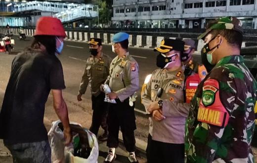Saat PPKM Darurat, TNI-Polri Bagikan Sembako ke Pedagang dan Sopir Ojol di Gambir