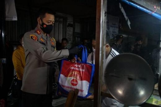 Terdampak PPKM Darurat, Pedagang Dapat Bantuan Sembako dari Kapolres Malang