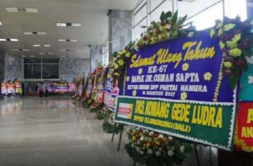 OSO Bengong Dapat Surprise dari Awak Media dan Melihat Tumpukan Karangan Bunga Ucapan Ultah ke 67 di Gedung Parlemen