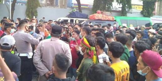 Dilarang ke Sumatera, Ratusan Orang Menumpuk di Pelabuhan Merak