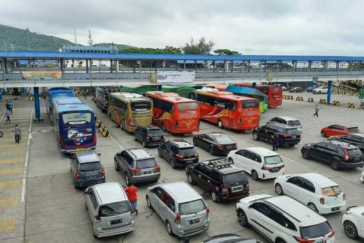 GoNews Antrean Kendaraan di pintu tol