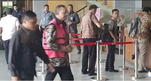Jalani Pemeriksaan Di KPK, Eks Dirut Jiwasraya Kenakan Rompi Merah Muda