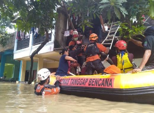 Bantu Korban Banjir Jakarta Timur dan Bekasi, Baznas Evakuasi Ibu dan Dua Balita